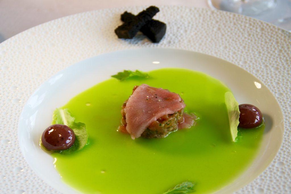 PLATO ATUN ROJO BALFEGÓ MARTIN BERASATEGUI aceitunas verdes y negras con tartar de atun rojo Balfego, alcaparras y Mostaza - 1