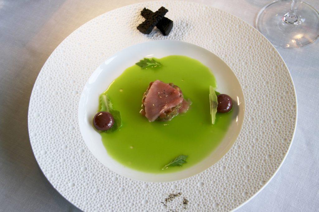 PLATO BALFEGÓ MARTÍN BERASATEGUI aceitunas verdes y negras con tartar de atún rojo Balfegó, alcaparras y Mostaza - 1