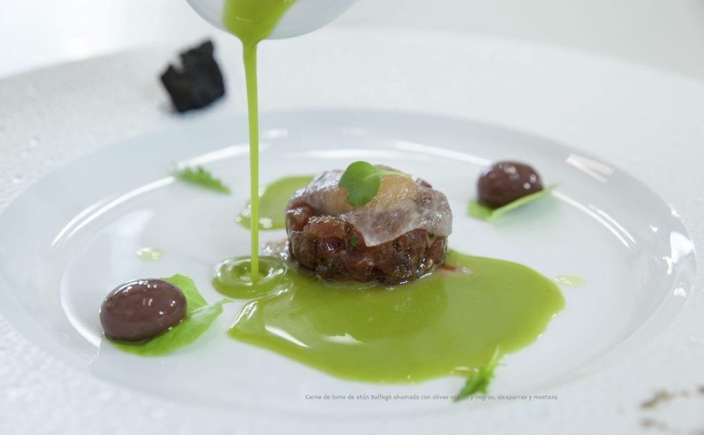 Carne de lomo de atun Balfego ahumado con olivas verdes y negras
