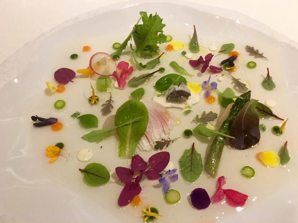 ensalada de verduras y petalos, hierbas, brotes con crema de lechuga y bogavante - 1