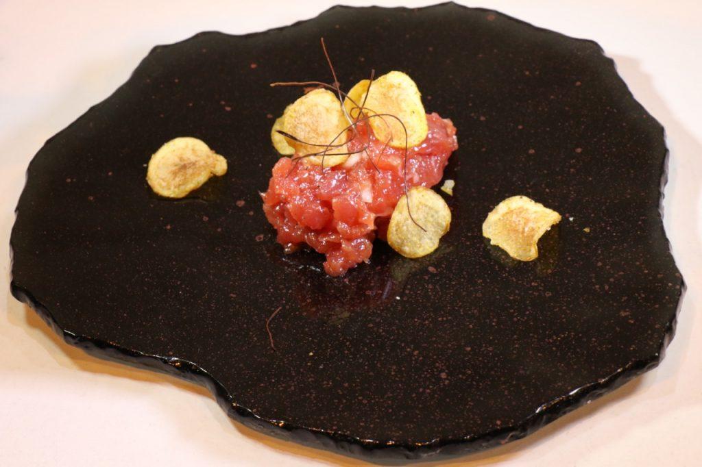 tartar de atun con chips de patata al curry - 1